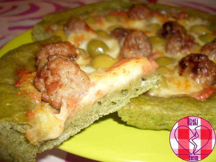 Pizza verde con polpettine di salsiccia, mozzarella e olive.
