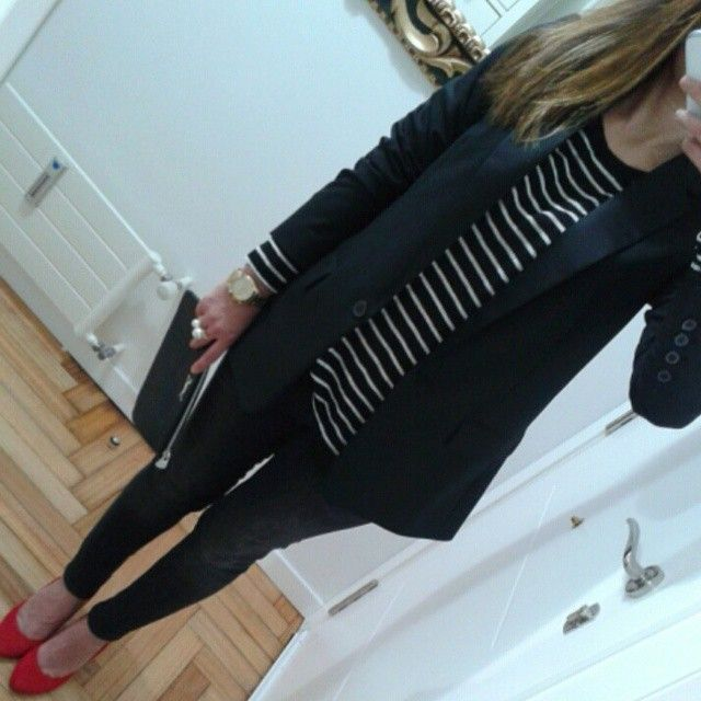 Hoy un #look con una  compra estrella de estas rebajas! La blazer de #zara, que de 60 euros la compré por 13!! Buena tela, sienta bien, vamos que ni me lo pensé!! Un besazo!! Blazer, camiseta,vaquero y anillo #zara Cartera#bimbaylola zapatos#hm Reloj #massimodutti  #lookoftheday #lookdeldia #outfitideas4you #outfitoftheday #wearingtoday #mewearing #loveinditex #ootd
