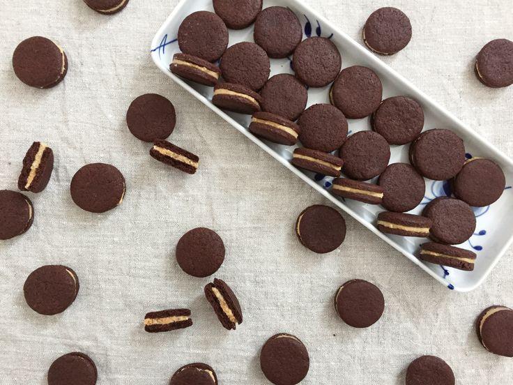 20 stk. Småkager: 165 g hvedemel 45 g kakaopulver 100 g sukker 90 g smør 1 æg  Fyld: 60 g smør 80 g peanutbutter, creamy eller crunchy 90 g flormelis