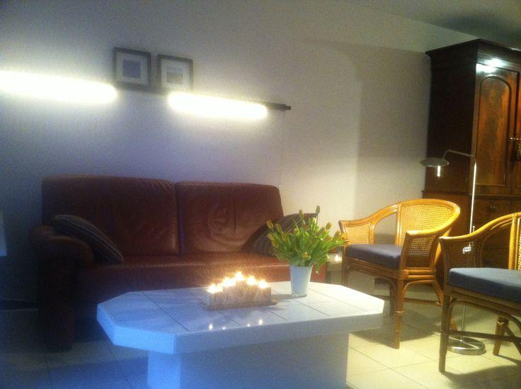 Zithoek. De bank, salontafel en stoelen moeten nog vervangen worden. Het licht boven de bank is minder fel dan het op de foto lijkt.