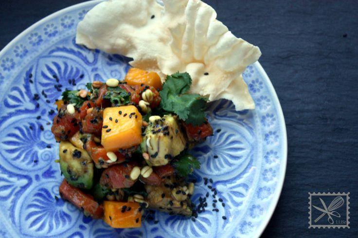 roher Lachssalat mit frischem Koriander