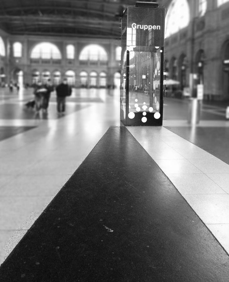 Zürich Hauptbahnhof (kurz Zürich HB, bis 1893 Bahnhof Zürich) in Zürich ist der grösste Bahnhof der Schweiz. Er ist ein Bahnknotenpunkt für Züge aus dem Inland und den angrenzenden Ländern Österreich, Deutschland, Italien und Frankreich. Mit seinen mehr als 2915 Zugfahrten pro Tag gilt er als einer der meistfrequentierten Bahnhöfe der Welt. Als Endpunkt der ersten Schweizer Bahnlinie, der Spanisch-Brötli-Bahn, gehört der Zürcher Hauptbahnhof zu den ältesten Schweizer Bahnhöfen. Foto von Ralf…