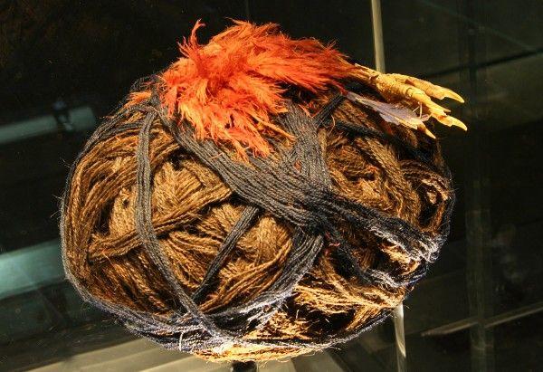 Turbante de madejas con accesorios. Faldas del Morro. MCHAP, PE.