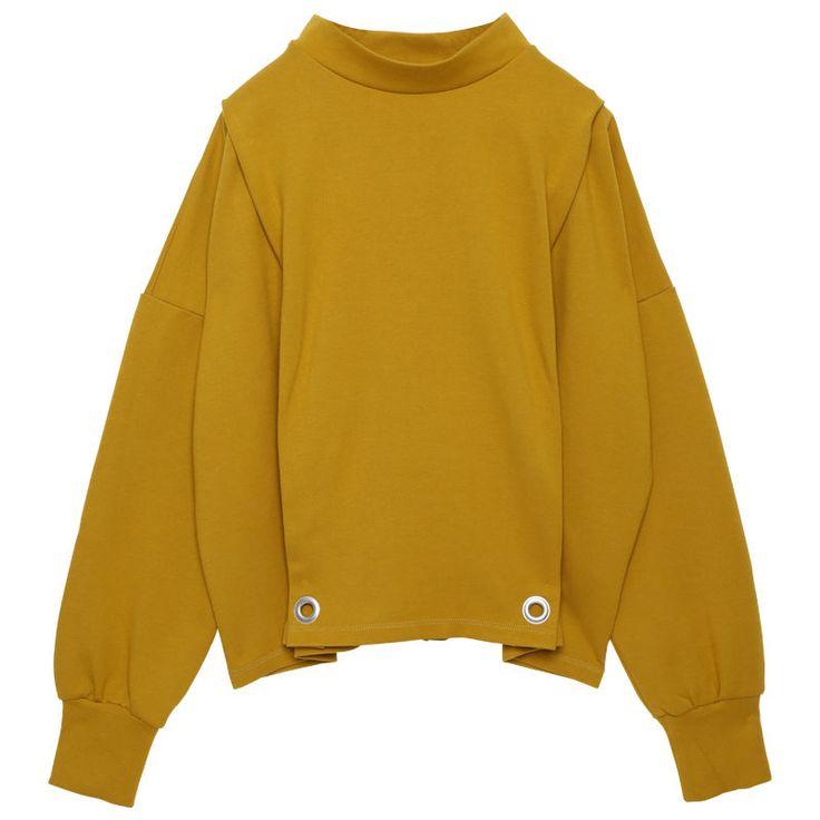 まだまだ寒い2月に、暖かく優しい着心地のハイネックカットソーです。裾にあけたハトメがモードを演出します。 アクリル44%レーヨン30%ナイロン24%ポリウレタン2% 着丈57cm バスト60cm 肩幅65cm 裾幅55cm 袖丈46cm 袖幅20cm