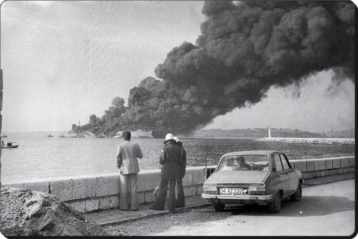 """Haydarpaşa açıklarında patlayarak yanan Independenta tankerini izleyenler - 1979"""""""