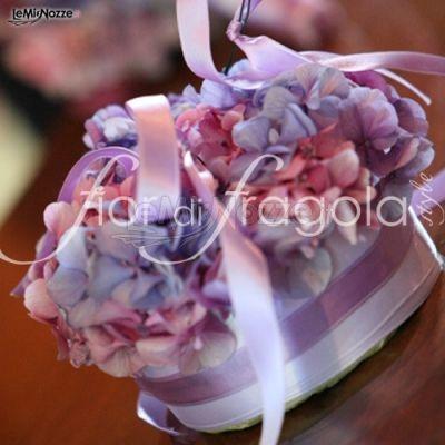 http://www.lemienozze.it/operatori-matrimonio/fiori_e_addobbi/fior_di_fragola/media/foto/3 Centrotavola con ortensie viola e nastro bianco e lilla.