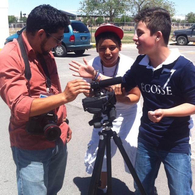 Bryan Soto, Fotografo de El Diario, compartiendo con estudiantes de secundaria