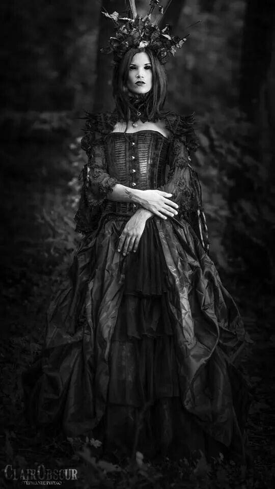 Shop Gothic Clothing on : www.blue-raven.com Votre boutique de vêtements et bijoux gothiques romantiques, mais aussi d'accessoires, de lingerie et de colorations pour un style original, sexy et raffiné! #Style #Gothique #Romantique