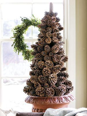 Crear un árbol de conos del pino sobre una base de espuma en forma de cono. Fijar la base en un recipiente, luego colocarar dos conos pequeños en la punta y mas grandes a medida que vamos hacioa la parte inferior Se oculta la espuma, metiendo hoja de musgo entre los conos de pinos. Leer más:. Artesanía Cono del pino - Ideas para Piña Adornos de Navidad - Vida en el Campo