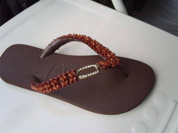 Chinelo Havaianas Customizado com as tiras bordadas com pedrarias e com peça de metal ouro velho com strass.Encomendas na cor e tamanho de sua preferência.***Consultar o valor do frete***