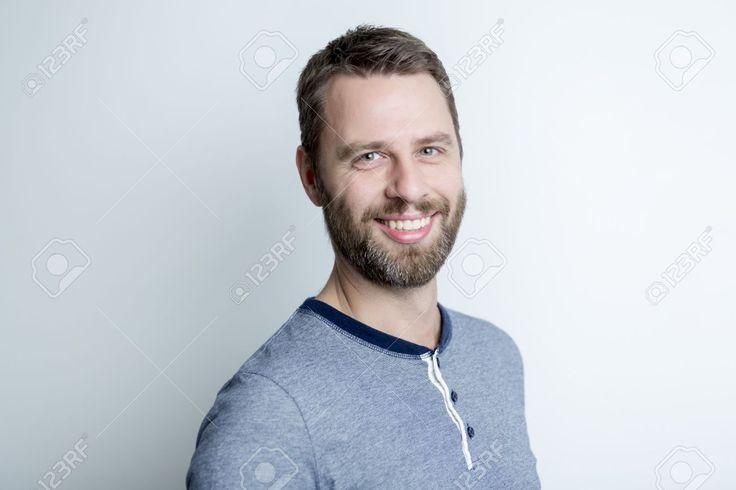 Портрет мужчины в студии сером фоне