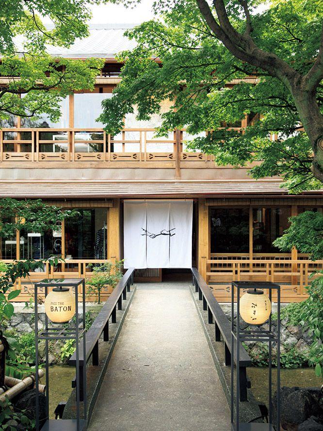 セレクトリサイクルショップ〈PASS THE BATON〉が丸の内、表参道に続く3軒目を構えたのは京都・祇園。白川と石畳に沿って町家が建ち並ぶ界隈は、祇園新橋伝統的建造物群保存地区の一角。築120年を超える町家がその舞台となった。
