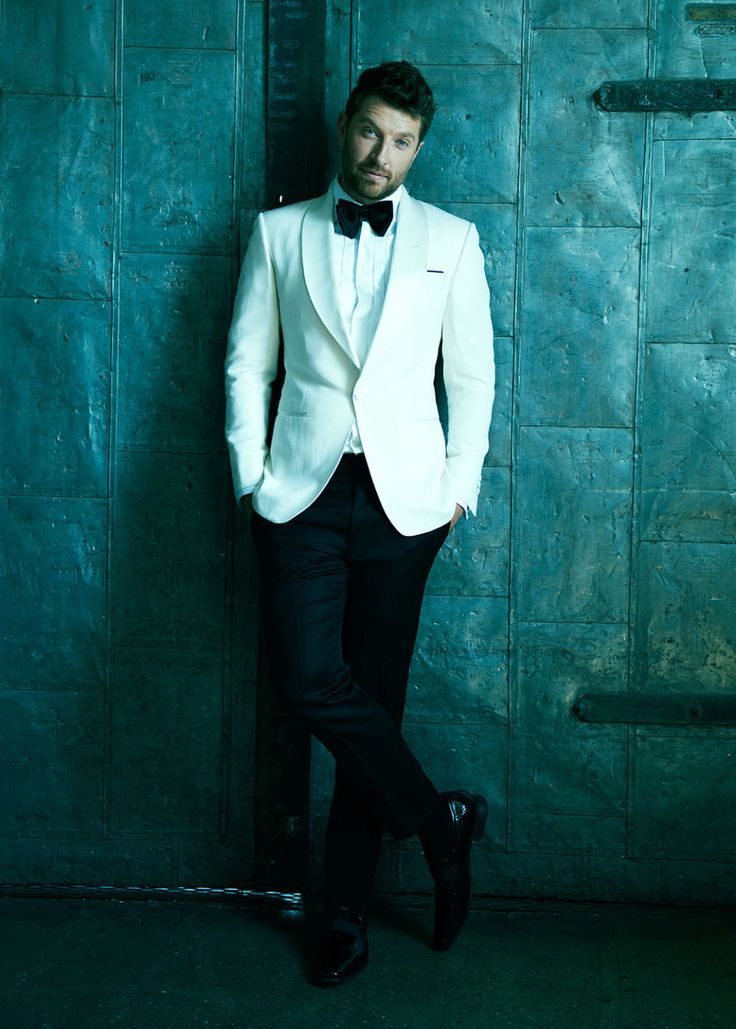 A Tuxedoed Brett Eldredge Would Like to Remind You It's Never Too Early for Christmas Music