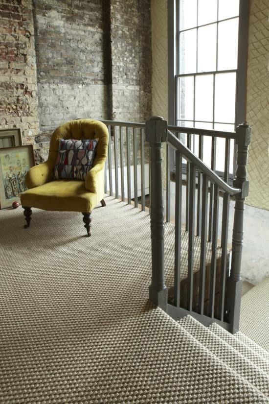déco d'escalier avec un tapis en sisal