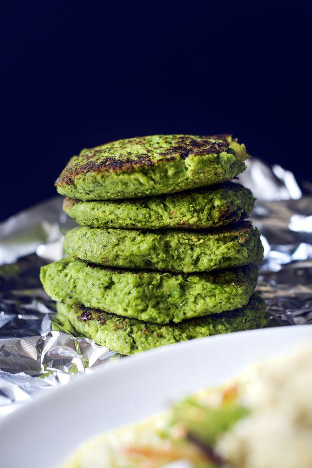 Vegetariska ärt- och broccolibiffar | matkreation.se | INGREDIENSER  600 g (1 fryst förpackning) ärtor ca 400 g (fryst) broccoli 230 g (1 litet tetra) vita bönor 1/2 dl bovetemjöl 1 msk kokosmjöl 1 tsk fiberhusk 2 pressade vitlöksklyftor kryddor: mald ingefära, cayennepeppar, havssalt, örtsalt TILLAGNING  Börja med att sätta på ugnen på 180 grader.  Koka sedan upp en stor kastrull med vatten och häll i broccolin och ärtorna. De ska bara bli mjuka och sedan häller du av vattnet, tillsätt…