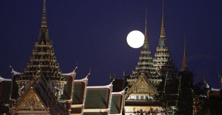 A maior e mais brilhante superlua em 68 anos surge atrás do Grande Palácio em Bancoc, na Tailândia. Superlua é o nome dado ao fenômeno quando a lua cheia acontece no momento em que o satélite está mais próximo da Terra