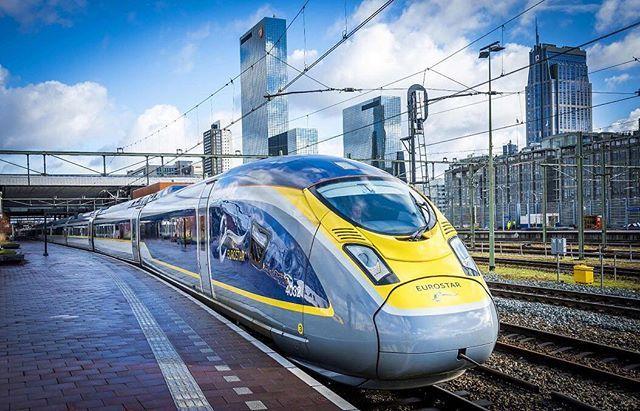 El tren Eurostar llega a la estación central de Rotterdam este 1 de febrero. El fabricante de trenes Siemens y la compañía de trenes holandesa NS (Nederlandse Spoorwegen) están llevando a cabo pruebas en el servicio que hará la conexión entre Amsterdam Bruselas y Londres. Se espera que el servicio de pasajeros se lance a fines de 2018 según los informes. Foto e información: AFP - Lex van Lieshout/Países Bajos | #tren #train #europa #transporte