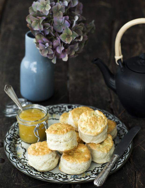 Scones er en klassiker på det engelske tebord. Spis dem med hjemmelavet lemoncurd eller syltetøj og sammen med en kop god sort te.