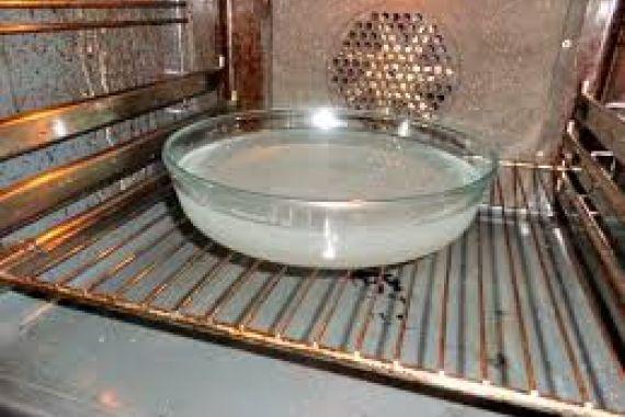 Υπάρχει τρόπος να καθαρίσετε τα λίπη από το φούρνο σας εύκολα και με φυσικό τρόπο!!! Βάζετε σε ένα πυρέξ νερό και στύβετε μέσα ένα μεγάλο λεμόνι. Έπειτα ρίχνετε μέσα και τις λεμονόκουπες και ανάβετ…