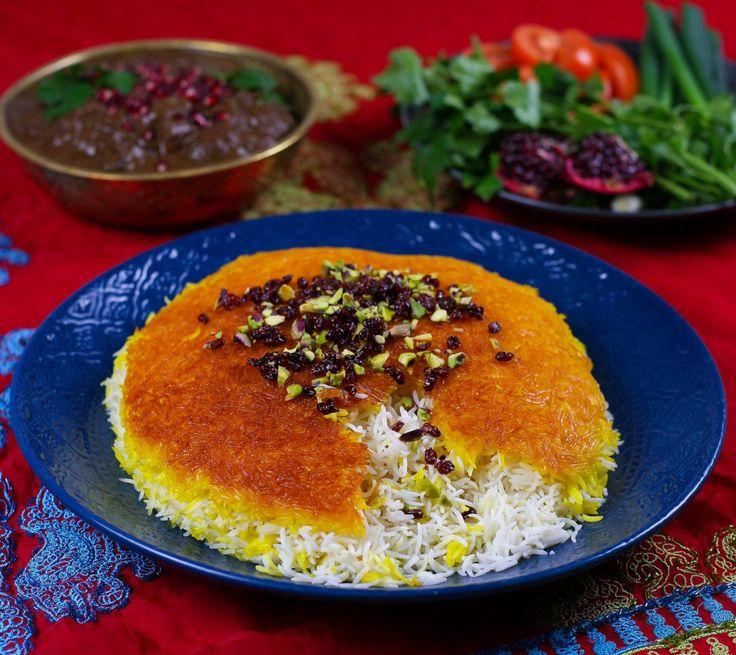 Fluffigt persiskt ris med en gyllene krispig tadigbotten. En persisk specialitet som vackert dukas fram på middagsbordet, gärna vid en god gryta. Risetkan tillagas på olika sätt. En tadigbotten kan göras med potatis, bröd, ris eller yoghurtris som jag har gjort i detta recept. För att få till ett perfekt ris och en fin gyllene tadig kräver det tålamod och att man verkligen ger riset tid att blötläggas och tillagas långsamt. Tänk på att använda ett basmatiris av god kvalité som tål att…