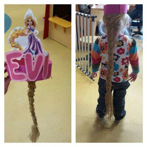 Rapunzel kroon.  Plaatje van Rapunzel en aan de achterkant heel veel slierten garen..en hier een vlecht van gemaakt