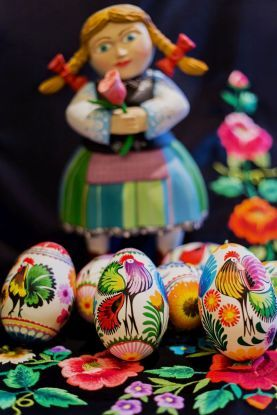 Ludowe wzornictwo znowu cieszy się powodzeniem, może więc w tym roku postawić na folkowe ozdoby wielkanocne? Wielkanoc na ludowo – to musi się udać! Zobacz, jakie pisanki i dekoracje wielkanocne pasują do twojego stylu wnętrzarskiego i zainspiruj się!