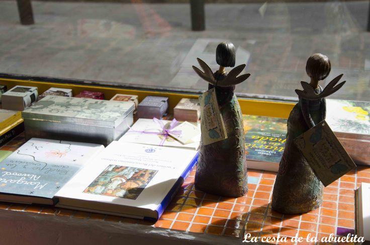 Detalle del escaparate de la librería Mujeres & Cía., Madrid. www.lacestadelaabuelita.com