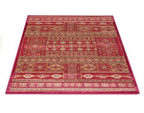 Medallion-matto, punainen. Itämaistyylinen matto. Lyhyt nukka, sileä ja pehmeä pinta.