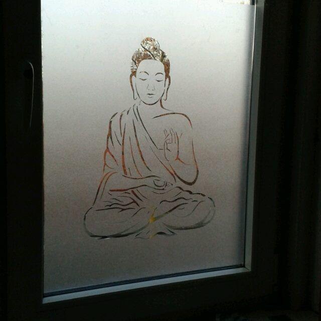 raamfolie waar ik een boeddha uitgesneden heb