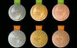 14日、リオデジャネイロ五輪のメダル(上段)とパラリンピックのメダルが発表された=組織委提供・共同