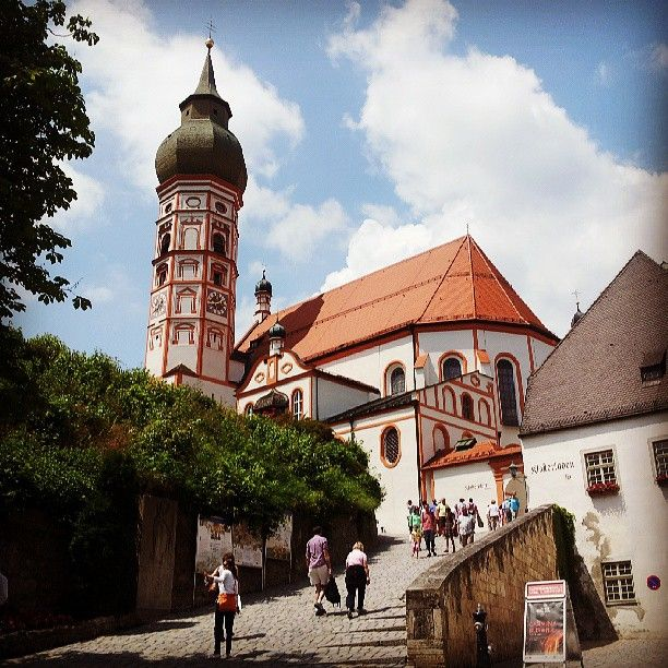 """#Kloster #Andechs, a poca distanza da #Monaco, è considerato la """"montagna sacra"""" della #Baviera, da secoli luogo di pellegrinaggio. Molti dei pellegrini moderni vengono qui per la #birra, una delle bavaresi migliori, che si può gustare nella Stüberl o nel Biergarten.  Qui è sepolto anche Carl Orff, compositore dei celebri Carmina Burana."""