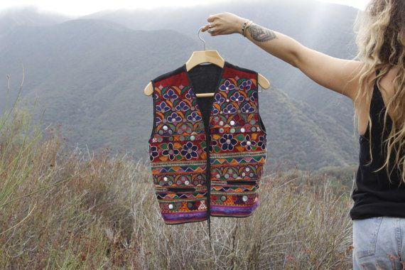 Een mooie gespiegelde traditionele Banjara vest uit India.  Bedwelmen detaillering featuring bright, vet kleuren en gespiegelde decoratie in traditionele banjara-stijl.  >> meting