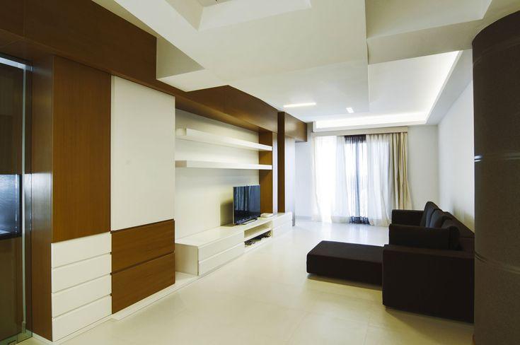 La parete attrezzata diseganta su misura#doriarchitetti #legno #bianco #divanonero