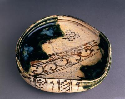 Birmingham museum (UK) Oribe styled dish Production Period: Edo Period (1600-1868) Medium: Stoneware, Ofukeware. Material(s): Stoneware Place of Origin: Ofuke, Japan Dimensions Height: 6.0 cm Width: 25.5 cm