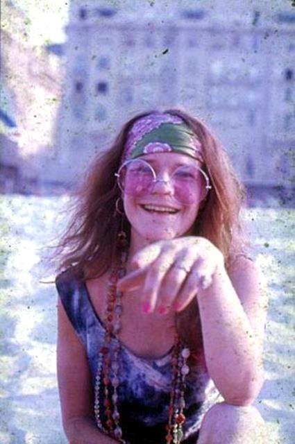 """Janis Joplin em Copacabana. Se estivesse viva, hoje a cantora completaria 70 anos. Considerada a """"Rainha do Rock and Roll"""" e """"a maior cantora de blues e soul da sua geração"""", foi influenciada por grandes nomes do jazz e do blues, fazendo de sua voz a sua característica mais marcante, tornando-se um dos ícones do rock psicodélico e dos anos 60. Ela foi eleita o garoto mais feio do colégio. Desde cedo abusava no uso de uísque, maconha, anfetaminas, ácido, tabaco, vodca, coc"""