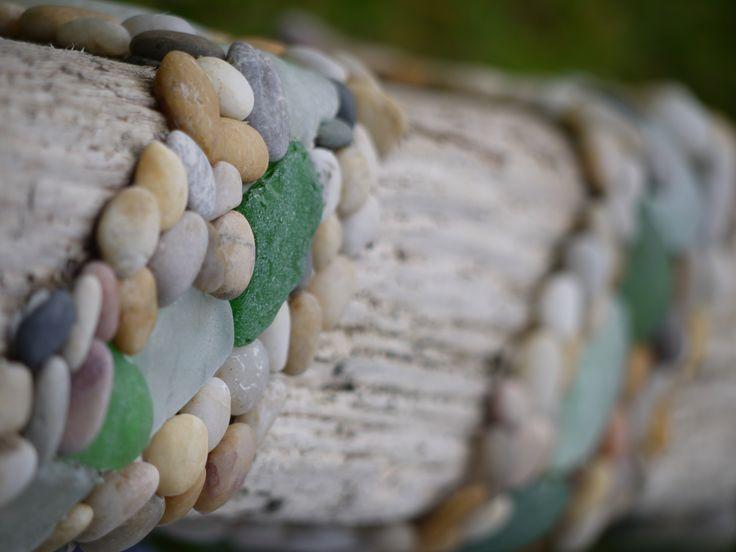 Naturstein und geschliffenes Glas auf Treibholz. Wer errät was das für ein Kunstobjekt ist?