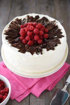 Wilgotny, lekki, orzeźwiający tort z bakaliami, kremem malinowym i bitą śmietaną. Blaty biszkoptowe są delikatne i wilgotne. W przeciwieństwie do...