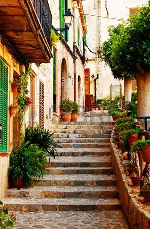 Calle en el pueblo de Valldemossa en Mallorca, España