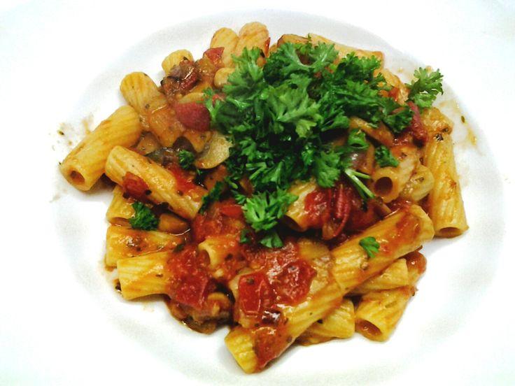 Tortiglioni mit pikanter schneller Tomatensoße und Kräutern