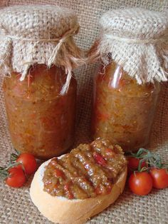 Zacusca de vinete: 5 kg vinete; 2 kg ardei capia; 2 kg rosii; 1 kg ceapa; 1/2 l ulei; sare, piper.