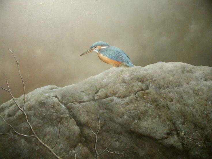 「 かわせみ」続木唯道/油彩(F 6号)/2002年   もう何年も前の話だけど、長野県、野尻湖の湖畔を散策していて、草叢にうずくまる一羽の小鳥を見つけた。  掌に収まるほどの可愛い小鳥で、生きてはいたけど目は虚ろ、何かにぶつかり気絶していた風で、優しく掌に乗せ暫く様子を伺った。  世の中にこんなにも繊細で高貴に満ちた羽色を持つ鳥がいるんだ!と感心して見つめていた。  しばらくして小鳥の目に生気が戻ったかと思う間もなく、私の掌から飛び去って行った!  その飛翔の姿を見送りながら、この貴い体験を与えてくれた自然の懐の深さ豊かさへの感謝の気持ちに溢れた。  小鳥の名は『かわせみ』。その姿を清流で見かけた人は数いるかも知れないが、掌に乗せてその色に酔いしれた人は稀ではないだろうか。  <清流の宝石>とも呼ばれ、かわせみがいる川は流れが澄んで自然が豊かな証。  羽がヒスイ色をしているので、かわせみを「翡翠」とも書くことを後から知って至極納得した。