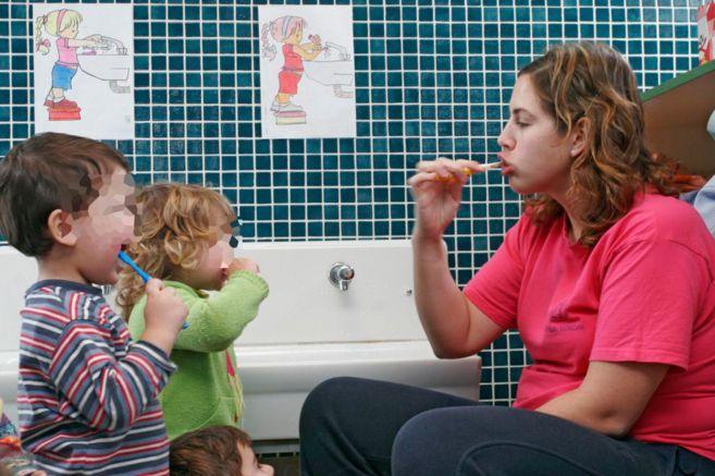 Si bien los niños nacen libres de caries, ya a los 2 años tienen 17% de probabilidades de contraerlas (MINSAL. Encuesta Nacional de Salud (ENS) Chile, 2003)  Por ende, es importante que desde muy pequeños les enseñemos hábitos de higiene para prevenirlas. Acostúmbralos a cepillar sus dientes luego del momento de alimentación, llévalos en grupo al baño, enséñales a hacerlo de forma correcta y acompaña la experiencia de algún juego o canción.