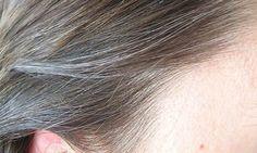 Capelli bianchi: cause, rimedi naturali e trucchi per nascondere la ricrescita. Scopri quali sono le cause dei capelli bianchi, come coprire i capelli bianchi senza ricorrere alla classica tinta e i migliori rimedi naturali per per combattere i primi capelli bianchi e grigi.