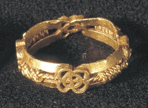 Trolovelsesring med fletmønster og tovsnoning, fundet i Lynge på Midtsjælland. (Nationalmuseet)