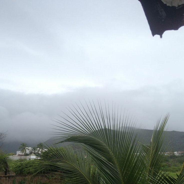 Detrás de todas las nubes y la neblina esta el hermoso cerro Mata Siete en la #IslaDeMargarita #MarCaribe es difícil creer los fenómenos climáticos que aquí ocurren hoy todos estamos abrigados tomamos bebidas calientes pensamos en unos golfeados... Pero mañana todo pudiera ser Mojitos ceviche sol y arena en #Bellezuela #Venezuela
