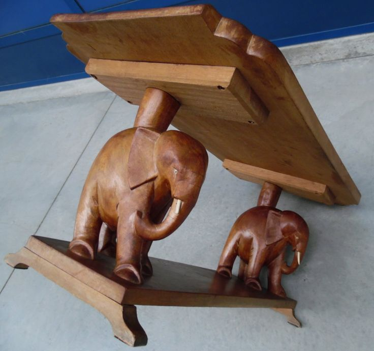 Tavolino in legno esotico da salotto con coppia di elefanti scolpiti a mano