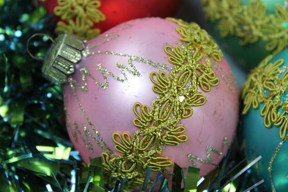 8 antike Weihnachts Kugeln, Christbaumschmuck, Vintage Weihnachtsschmuck Gold Glimmer Germany 60er Jahre  Schöne, farbige, große Weihnachtskugeln mit goldender Borte und Glitterdekor. Die Kugeln stammen aus den 60er Jahren. Sie sind in den folgenden Farben vorhanden: 3 x rot, 2 x rosa, 2 pastelltürkis, 1 x pastellgrün.  Alle Kugeln sind unbeschädigt und mit schöner Vintage Patina. Dieser alte Weihnachtsschmuck verschönert jeden Baum. Ohne Deko  Maße: Größe: 8 cm | 3.14 inch  Gewicht: ca. 150…