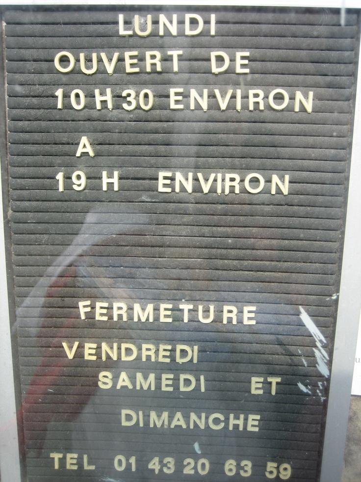 panneau des horaires d 39 un vieux salon de coiffure encore ouvert quartier montparnasse paris. Black Bedroom Furniture Sets. Home Design Ideas