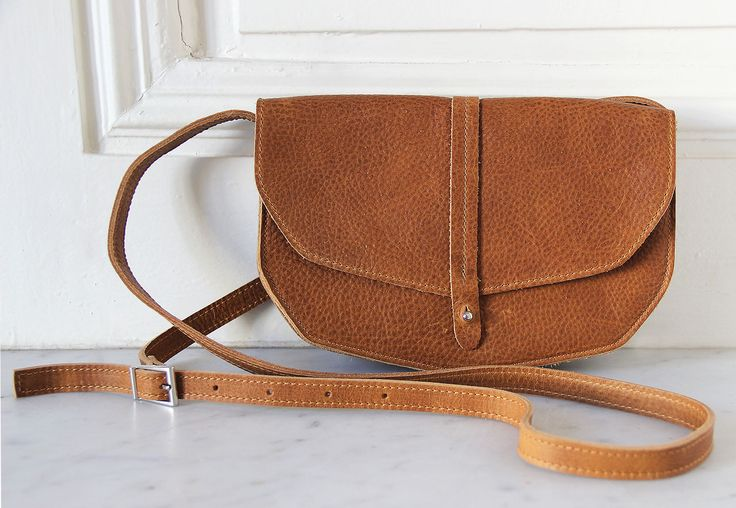 Sac géométrique camel Keecie. Réalisé à la main dans un cuir de haute qualité, ce sac est parfait pour le quotidien et pour emmener vos indispensables !