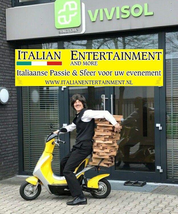 Pizzakoerier Luigi heeft op een ludieke manier uitnodigingen voor een Italiaans personeelsfeest uitgedeeld op alle afdelingen. Ook dit soort invullingen kunnen geboekt worden via www.italianentertainment.nl dus kijk snel eens rond op de website ter inspiratie.  Direct naar Luigi via http://www.italianentertainment.nl/pizzabezorger-luigi
